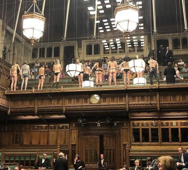 Nhóm biểu tình khỏa thân phá bĩnh phiên tranh luận Brexit trong quốc hội Anh - 3