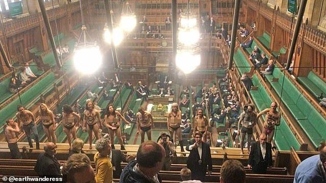 Nhóm biểu tình khỏa thân phá bĩnh phiên tranh luận Brexit trong quốc hội Anh - 1