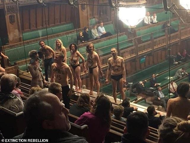 Nhóm biểu tình khỏa thân phá bĩnh phiên tranh luận Brexit trong quốc hội Anh - 6