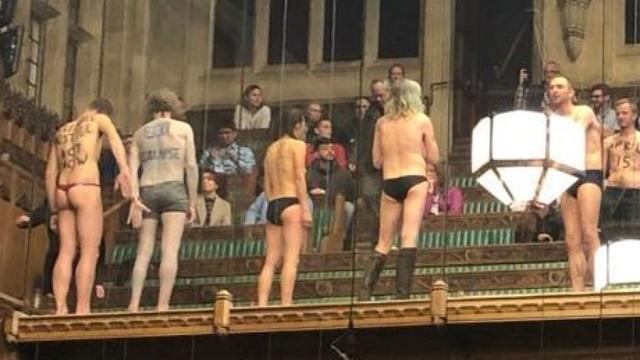Nhóm biểu tình khỏa thân phá bĩnh phiên tranh luận Brexit trong quốc hội Anh - 4