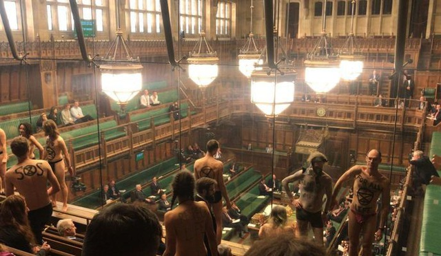 Nhóm biểu tình khỏa thân phá bĩnh phiên tranh luận Brexit trong quốc hội Anh - 5