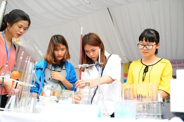 300 học sinh trải nghiệm một ngày làm sinh viên tại ĐH Sao Đỏ - 1