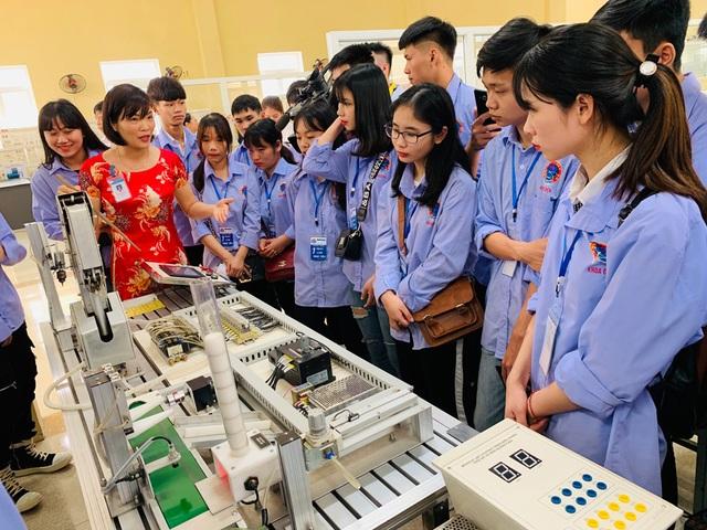 300 học sinh trải nghiệm một ngày làm sinh viên tại ĐH Sao Đỏ - 4