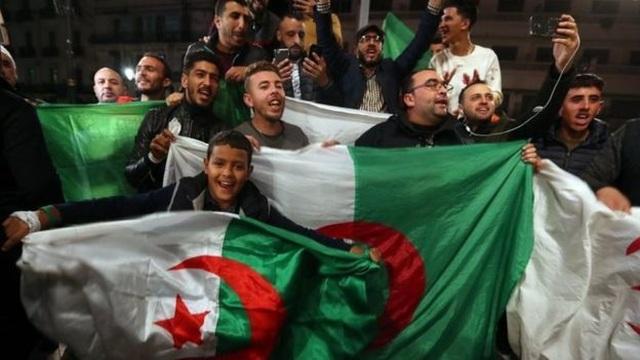 Tổng thống Algeria từ chức sau 20 năm cầm quyền, người dân xuống đường ăn mừng - 2