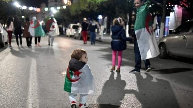 Tổng thống Algeria từ chức sau 20 năm cầm quyền, người dân xuống đường ăn mừng - 3