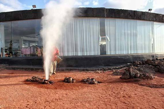 Nhà hàng độc lạ: Nướng thịt trên miệng núi lửa - 1