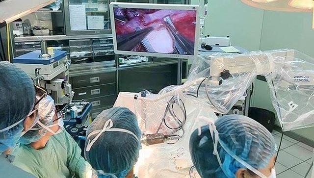 Dùng kính vi phẫu phóng đại cứu bệnh nhân bị dập nát tay nặng - 2