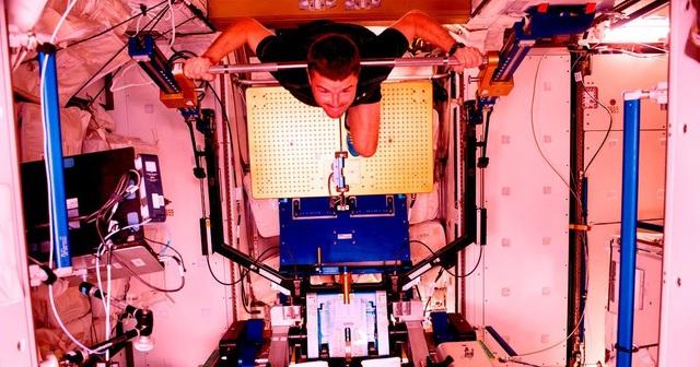 Giải pháp ngăn ngừa loãng xương cho phi hành gia bằng cách…rung chân! - 1