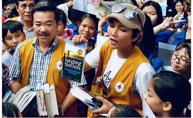 """Hoa hậu Hen Nie truyền cảm hứng, tặng sách """"Hạt giống tâm hồn"""" cho trẻ em mồ côi - 1"""