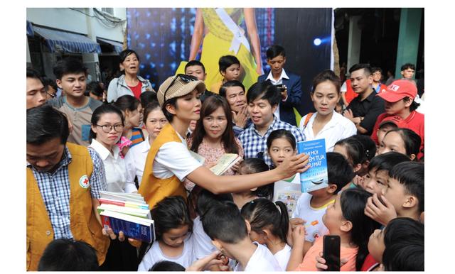 """Hoa hậu Hen Nie truyền cảm hứng, tặng sách """"Hạt giống tâm hồn"""" cho trẻ em mồ côi - 2"""