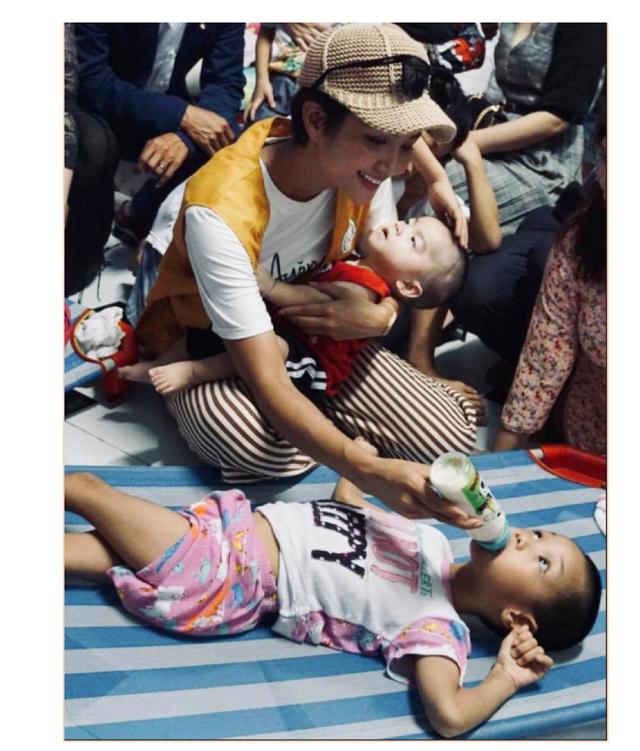 """Hoa hậu Hen Nie truyền cảm hứng, tặng sách """"Hạt giống tâm hồn"""" cho trẻ em mồ côi - 3"""
