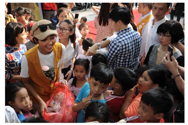 """Hoa hậu Hen Nie truyền cảm hứng, tặng sách """"Hạt giống tâm hồn"""" cho trẻ em mồ côi - 4"""