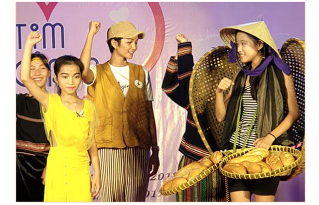 """Hoa hậu Hen Nie truyền cảm hứng, tặng sách """"Hạt giống tâm hồn"""" cho trẻ em mồ côi - 5"""