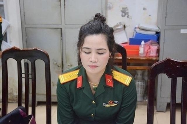 Bắt giữ nữ nhân viên văn phòng luật đội lốt Đại tá quân đội  - 1