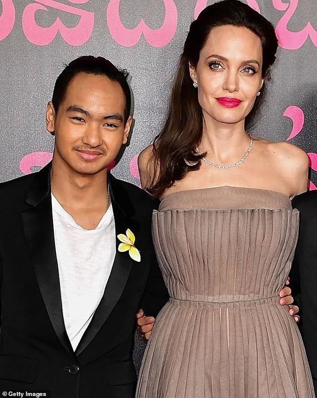 Con trai cả của Angelina Jolie lần đầu đi học xa nhà - 1