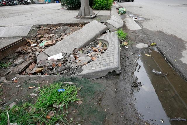 Vỉa hè lát đá trăm tỷ tại Hà Nội bong tróc hàng loạt sau 2 năm - 10