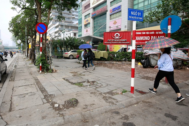 Vỉa hè lát đá trăm tỷ tại Hà Nội bong tróc hàng loạt sau 2 năm - 1