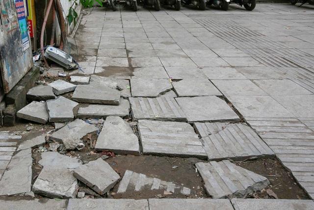 Vỉa hè lát đá trăm tỷ tại Hà Nội bong tróc hàng loạt sau 2 năm - 4