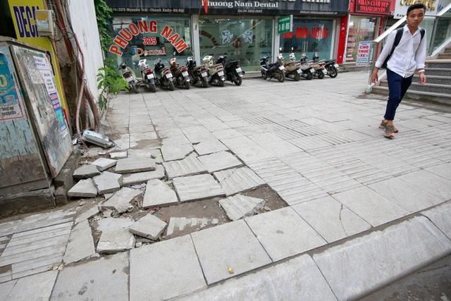Vỉa hè lát đá trăm tỷ tại Hà Nội bong tróc hàng loạt sau 2 năm - 3