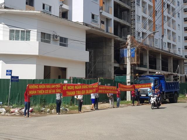 Vụ nhà ở xã hội Hoàng Quân Nha Trang: Cư dân lại bức xúc căng băng rôn đòi nhà - 1