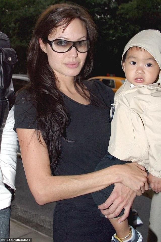 Con trai cả của Angelina Jolie lần đầu đi học xa nhà - 4