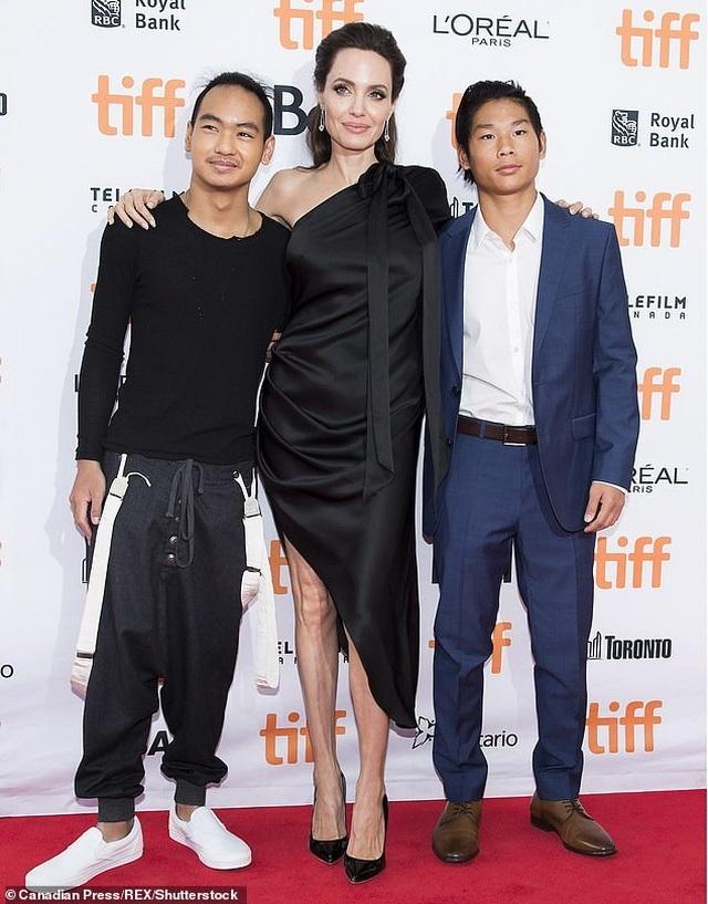 Con trai cả của Angelina Jolie lần đầu đi học xa nhà - 3