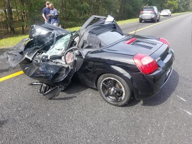 Ô tô bị vò nát sau tai nạn kinh hoàng, tài xế sống sót như một phép màu - 4