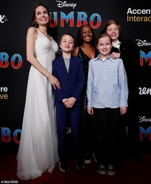 Con trai cả của Angelina Jolie lần đầu đi học xa nhà - 2