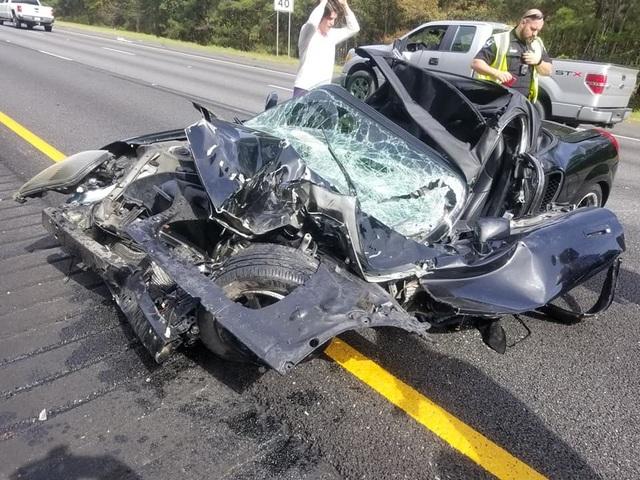Ô tô bị vò nát sau tai nạn kinh hoàng, tài xế sống sót như một phép màu - 1