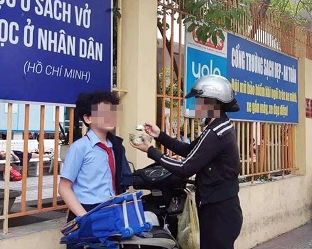 Đồng cảm từ bức ảnh mẹ đút cho con ăn trước cổng trường - 1