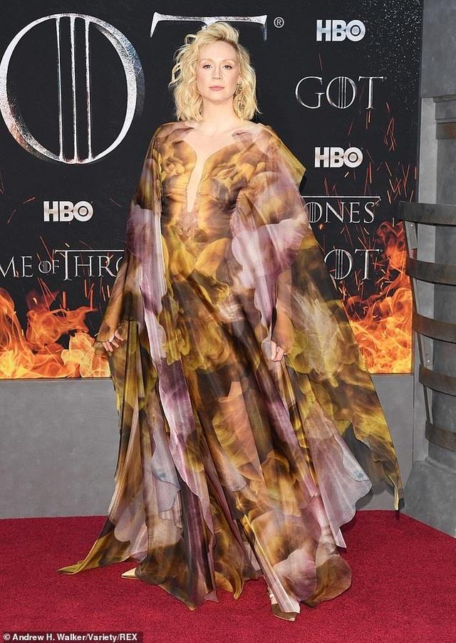 Nữ diễn viên cao 1,91m diện váy lạ mắt ấn tượng - 2