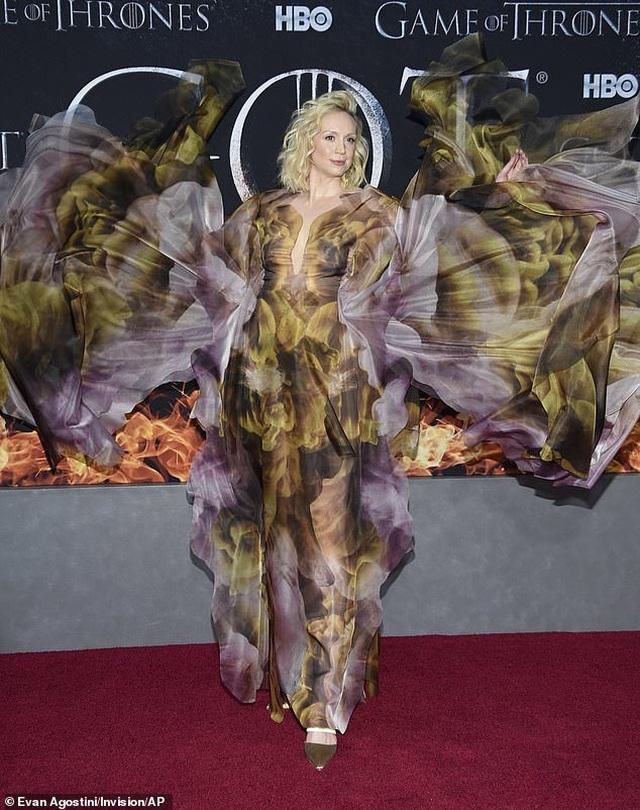 Nữ diễn viên cao 1,91m diện váy lạ mắt ấn tượng - 1