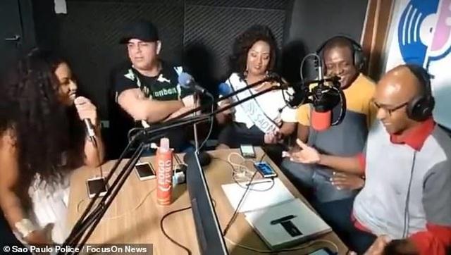 Sốc clip vụ cướp diễn ra trong chương trình talk show đang phát trực tiếp trên Facebook
