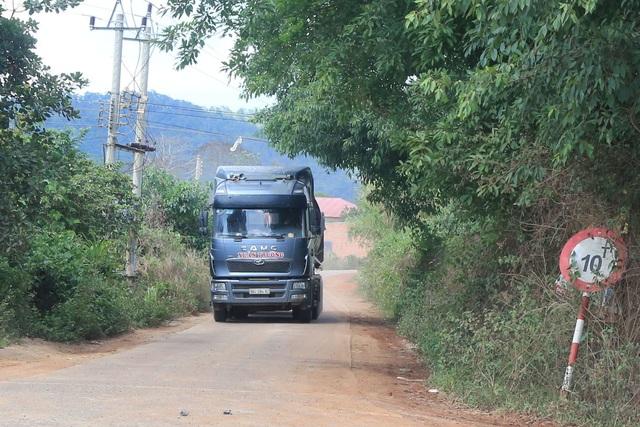 """Xe hàng chục tấn được """"ưu tiên"""" chạy trên đường cấm xe trên 10 tấn! - 1"""