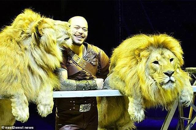 Kinh hoàng khoảnh khắc sư tử lao tới cắn xé huấn luyện viên trước mặt khán giả - 3