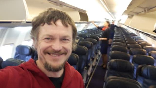 Lên máy bay 182 chỗ ngồi mới biết mình là hành khách duy nhất - 1