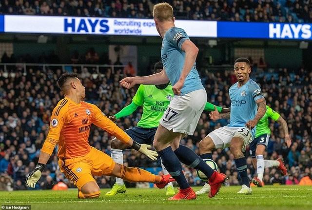 Những khoảnh khắc Man City vượt qua Cardiff để trở lại ngôi đầu bảng - 15