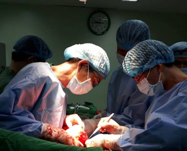 Cần Thơ: Phẫu thuật thành công khối u trung thất nặng 4kg, đè xẹp phổi - 1