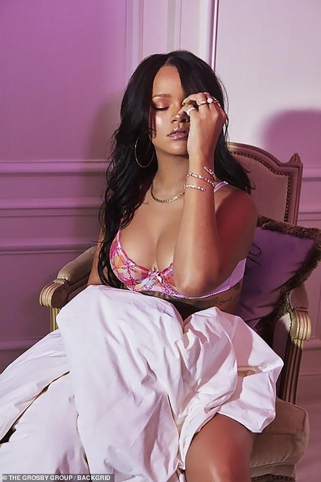Rihanna khoe ngực bốc lửa - 4