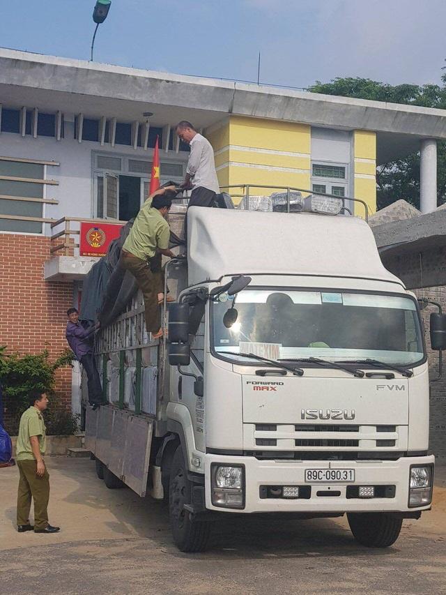 Quảng Bình: Thu giữ lô hàng lậu rất lớn đang trên đường đi tiêu thụ - 1