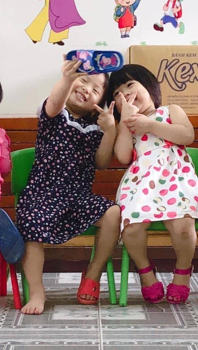 Clip hai cô bé mải mê selfie bằng chiếc dép khiến dân mạng cười nghiêng ngả - 1