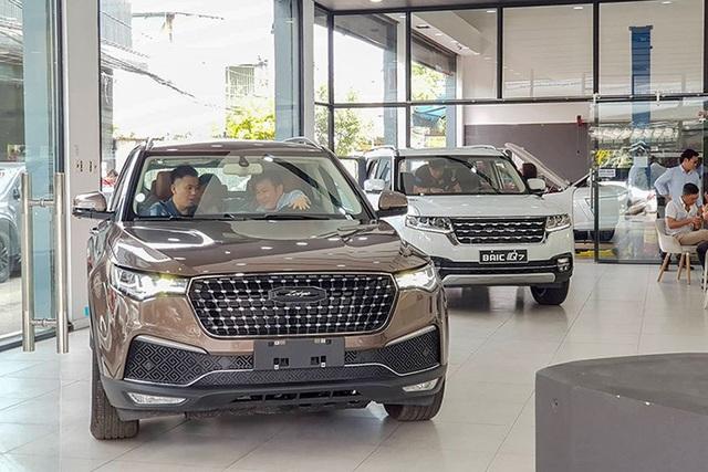 Giá rẻ một nửa, ô tô Trung Quốc cầu khách liều chơi - 2
