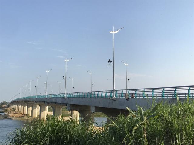 Người dân phải đi chui qua cây cầu trăm tỷ - 1