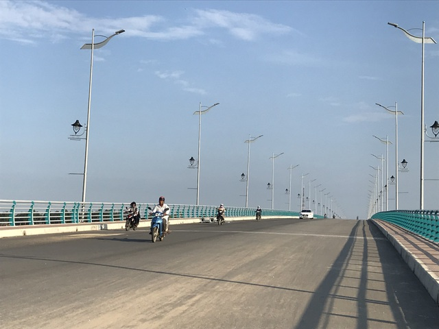 Người dân phải đi chui qua cây cầu trăm tỷ - 5