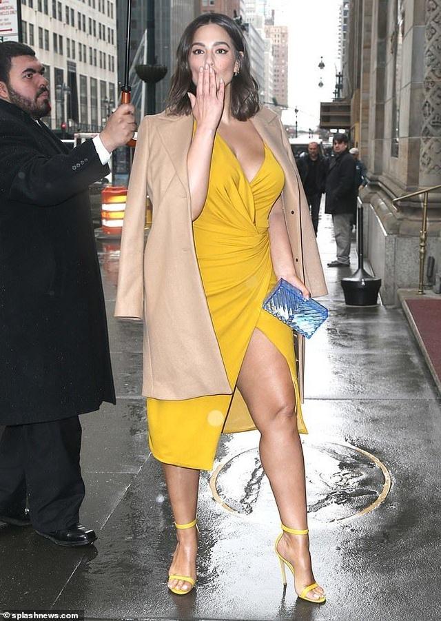 Ashley Graham đọ dáng với Gigi Hadid - 1