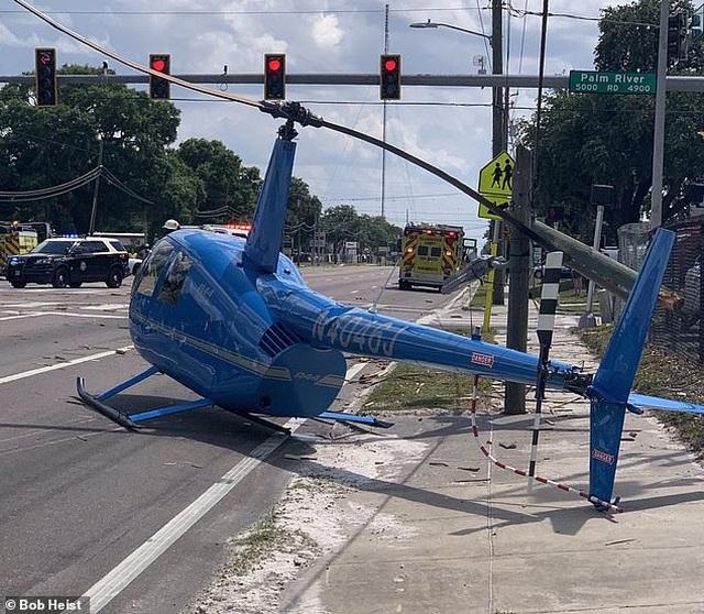 Khoảnh khắc trực thăng Mỹ rơi, văng cánh quạt làm người đi đường thiệt mạng - 1
