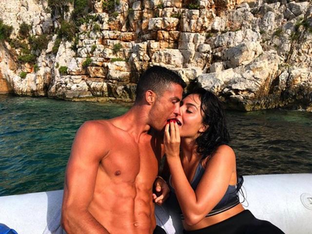 """Bạn gái bật mí chuyện """"tình yêu sét đánh"""" với C.Ronaldo - 1"""