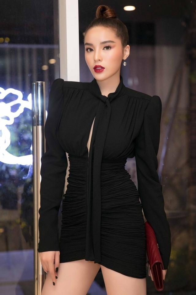 Hoa hậu Kỳ Duyên ăn mặc hớ hênh khoe đôi chân sexy 1m10 - 1