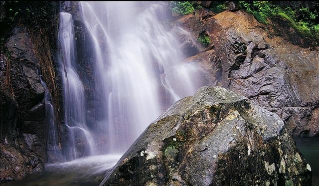 Nữ du khách rơi xuống thác nước chết thảm vì mải chụp ảnh - 1