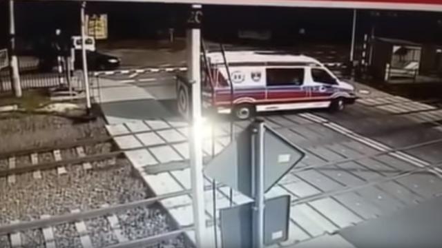 Kinh hoàng ô tô cố tình vượt rào chắn bị tàu hỏa lao trúng - 1